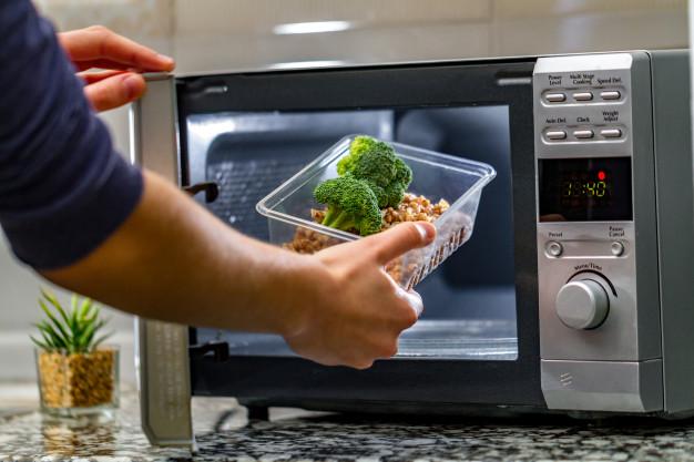 étel melegítése mikrohullámú sütőben